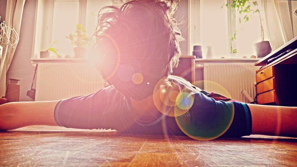 Yoga - tempeltiefe Ermattung auf der ausgerollten Kunststoff-Matte