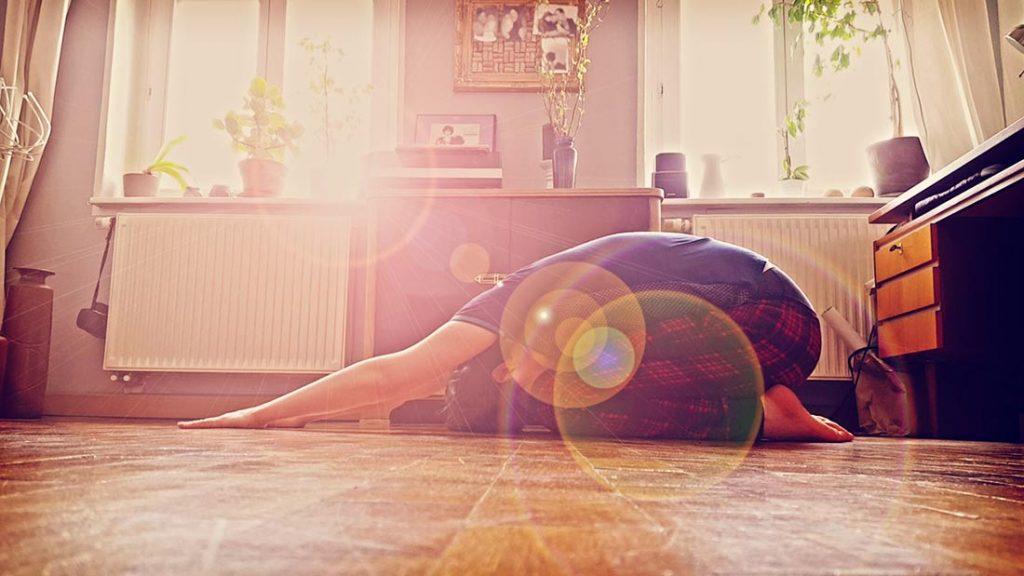 Der Autor bei frei nachgestellten Yoga-Übungen im heimischen Wohnzimmer